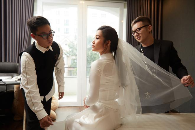 Áo dài đón dâu xinh vô ngần của Đông Nhi: Trắng tinh khôi đơn giản nhưng mất tới 1 tháng để hoàn thành, đậm style thập niên 60 - Ảnh 9.