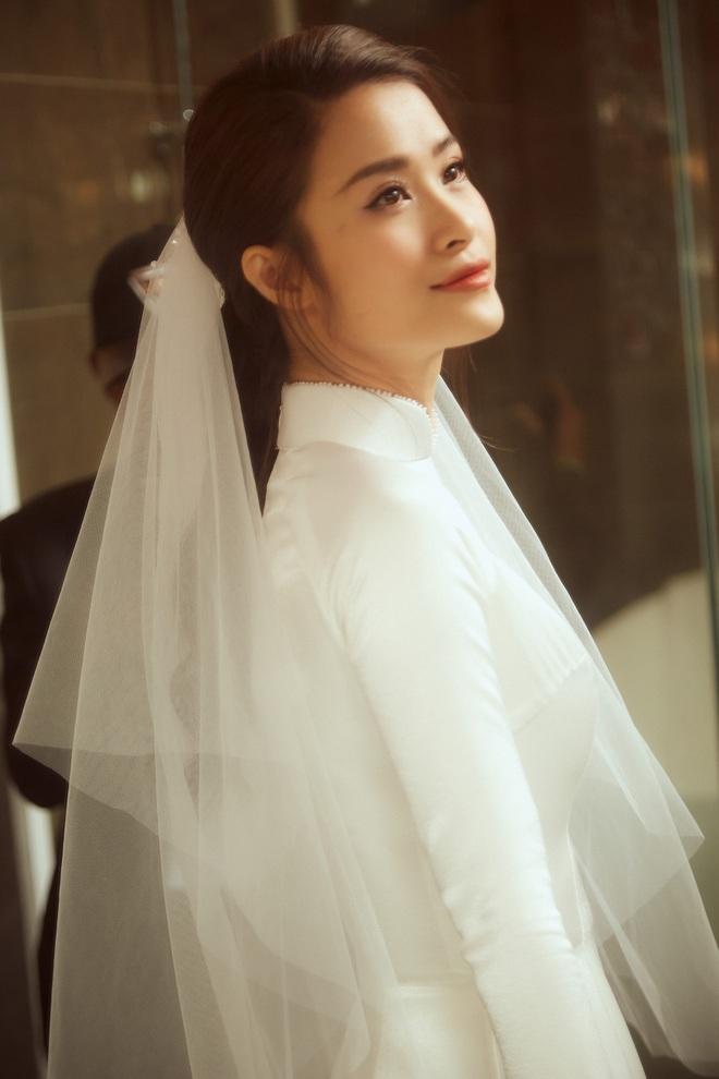 Áo dài đón dâu xinh vô ngần của Đông Nhi: Trắng tinh khôi đơn giản nhưng mất tới 1 tháng để hoàn thành, đậm style thập niên 60 - Ảnh 4.
