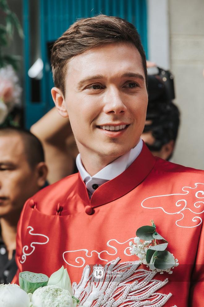 Lễ rước dâu MC Hoàng Oanh và chồng Tây cực phẩm: Cô dâu chú rể cực tình, liên tục khoá môi nhau ngọt ngào hết mức - Ảnh 4.