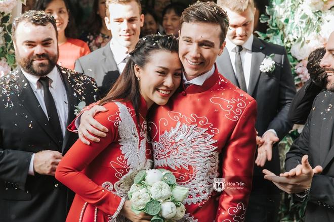 Lễ rước dâu MC Hoàng Oanh và chồng Tây cực phẩm: Cô dâu chú rể cực tình, liên tục khoá môi nhau ngọt ngào hết mức - Ảnh 14.