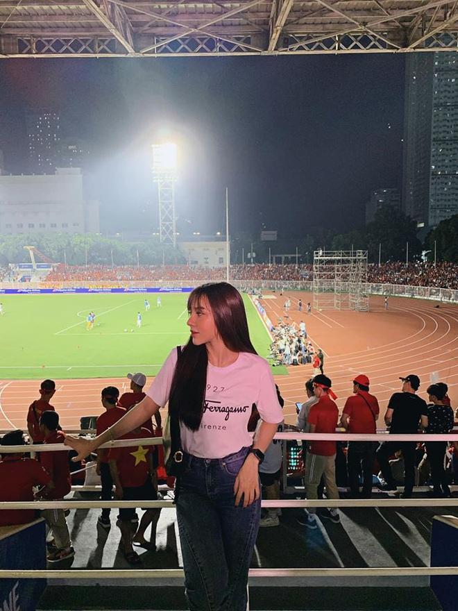 Chẳng riêng bạn gái Văn Hậu, người yêu của nam thần Hoàng Đức cũng chiếm spotlight khi ra sân cổ vũ bạn trai - Ảnh 2.