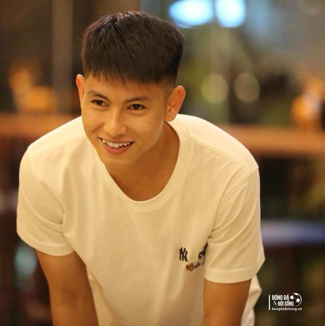 Trọng Hùng - visual mới của U22 Việt Nam lon ton đi xin cup vàng bằng giấy của fan: Đáng yêu quá là không được à nha - Ảnh 1.