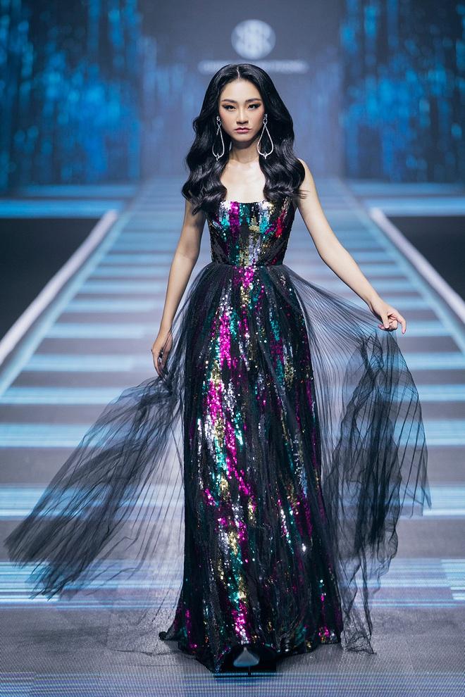 """Hội siêu mẫu Việt nhiều thế hệ cùng quy tụ, """"chặt chém"""" nhau trên sàn catwalk chói lóa của Chung Thanh Phong - Ảnh 10."""