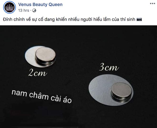 Màn lộ hàng của Thúy Vân tại bán kết HHHV Việt Nam thực ra chỉ là lộ miếng nam châm đính số báo danh? - Ảnh 2.