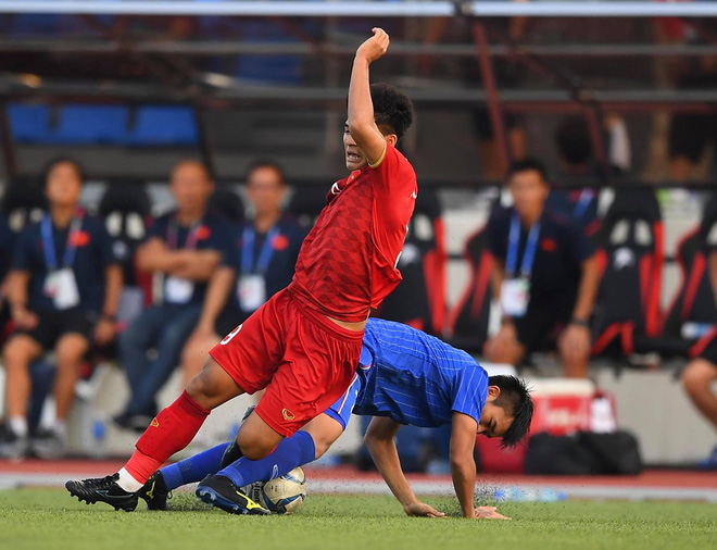 Đức Chinh tranh chấp quyết liệt với các cầu thủ Thái Lan. Ảnh: Tiến Tuấn