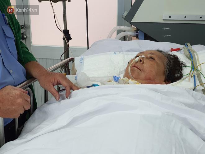 Mỗi ngày, chú Bình đều vào viện để chăm sóc cho vợ của mình.