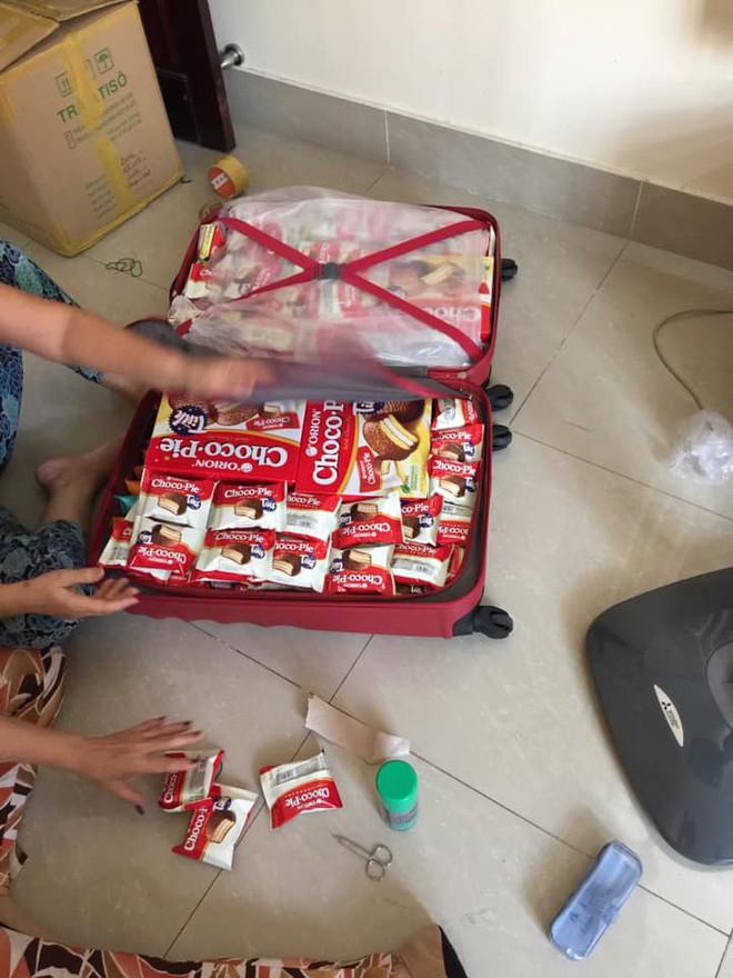 Quay lại thành phố sau nhiều ngày nghỉ Tết, chẳng phải áo quần, bánh kẹo, nước ngọt mới là hành lý của những người con xa nhà - Ảnh 1.