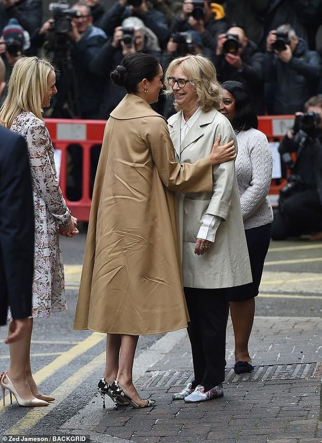 """Là Công nÆ°Æ¡ng coi nét thanh lịch làm chuẩn nhÆ°ng chị em dâu Kate và Meghan cÅ©ng nhiều lần mắc lỗi trang phục """"khó đỡ"""" - Ảnh 1."""