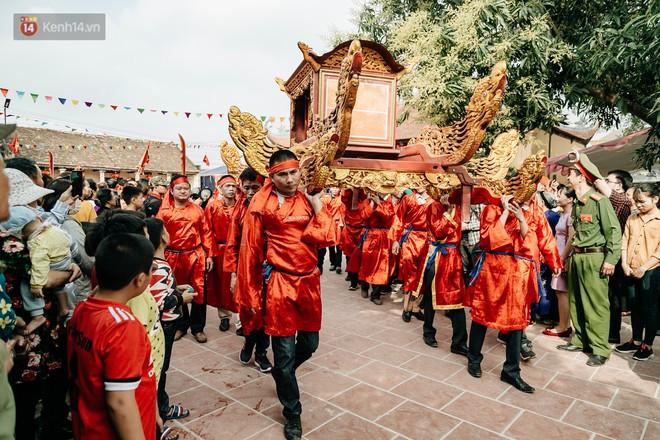 Đoàn rước gồm đội múa lân rồng, đội bê lễ, kiệu tướng quân, hai con lợn trong hai chiếc xe được phủ vải đỏ.