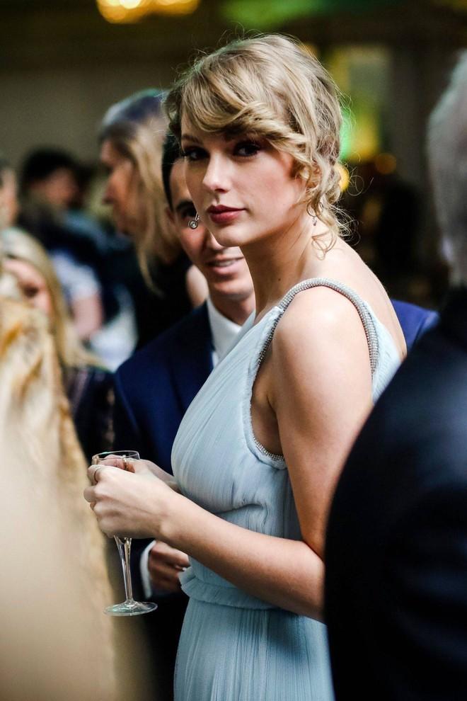 Ai cũng dập dìu cầm kèn vàng Grammy, còn Taylor Swift thì bận cầm tay trai đẹp - Ảnh 4.