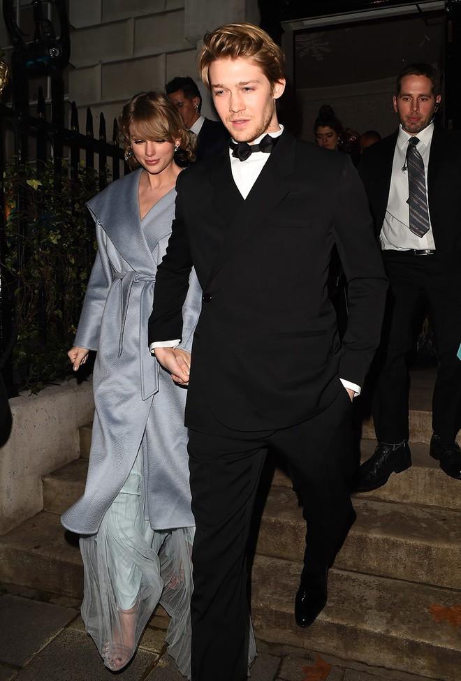 Ai cũng dập dìu cầm kèn vàng Grammy, còn Taylor Swift thì bận cầm tay trai đẹp - Ảnh 2.