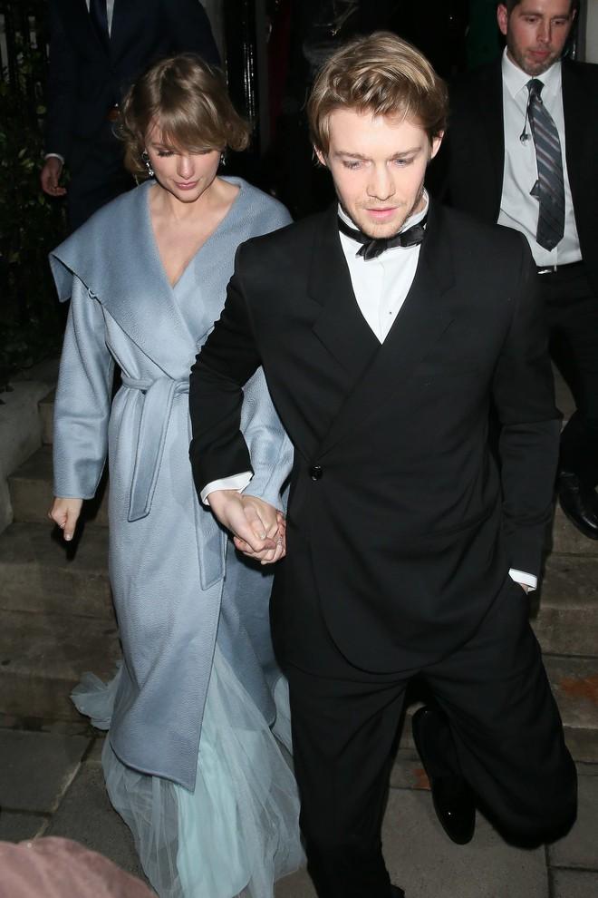 Ai cũng dập dìu cầm kèn vàng Grammy, còn Taylor Swift thì bận cầm tay trai đẹp - Ảnh 3.