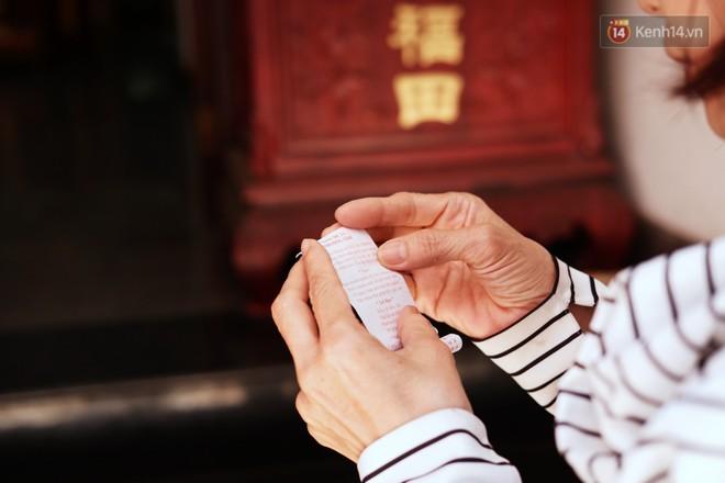 Bỏ tiền xu lấy thẻ xăm bằng máy tự động: Người Sài Gòn nườm nượp xem quẻ đầu năm thời công nghệ 4.0 - Ảnh 4.