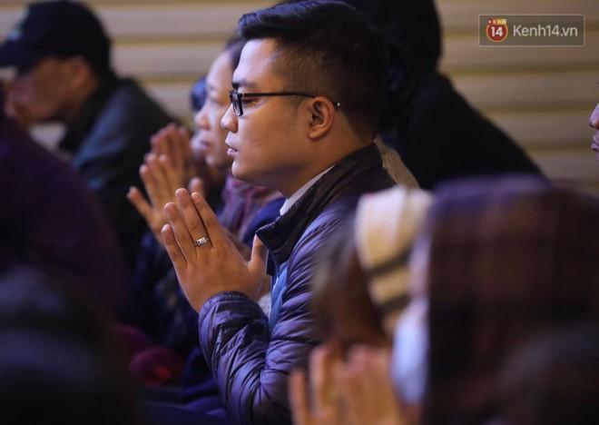 Tối mùng 8 Tết, hàng nghìn người Hà Nội tràn ra đường cúng sao giải hạn ở chùa Phúc Khánh - Ảnh 8.
