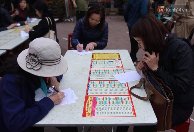 Tối mùng 8 Tết, hàng nghìn người Hà Nội tràn ra đường cúng sao giải hạn ở chùa Phúc Khánh - Ảnh 1.