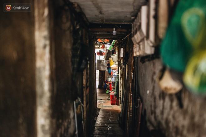 Cuộc sống bên trong những con ngõ chỉ vừa 1 người đi ở Hà Nội: Đèn điện bật sáng dù ngày hay đêm - Ảnh 3.
