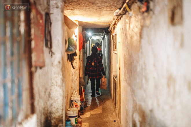Cuộc sống bên trong những con ngõ chỉ vừa 1 người đi ở Hà Nội: Đèn điện bật sáng dù ngày hay đêm - Ảnh 7.