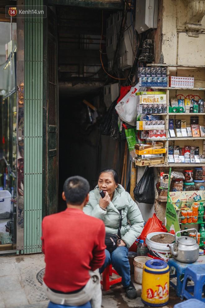 Cuộc sống bên trong những con ngõ chỉ vừa 1 người đi ở Hà Nội: Đèn điện bật sáng dù ngày hay đêm - Ảnh 8.