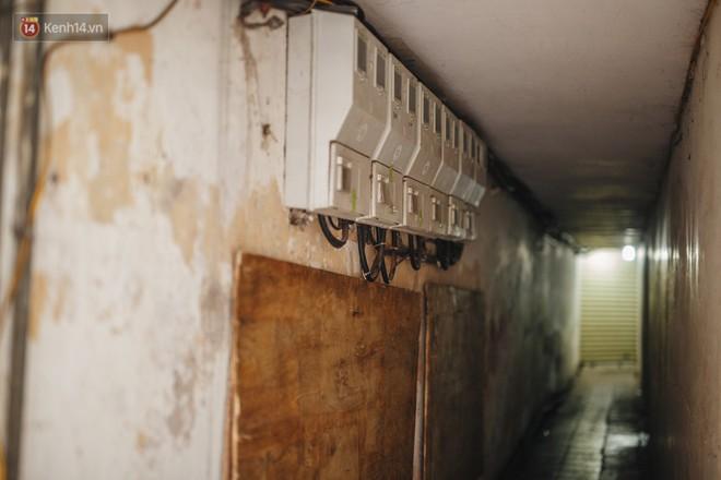Cuộc sống bên trong những con ngõ chỉ vừa 1 người đi ở Hà Nội: Đèn điện bật sáng dù ngày hay đêm - Ảnh 10.