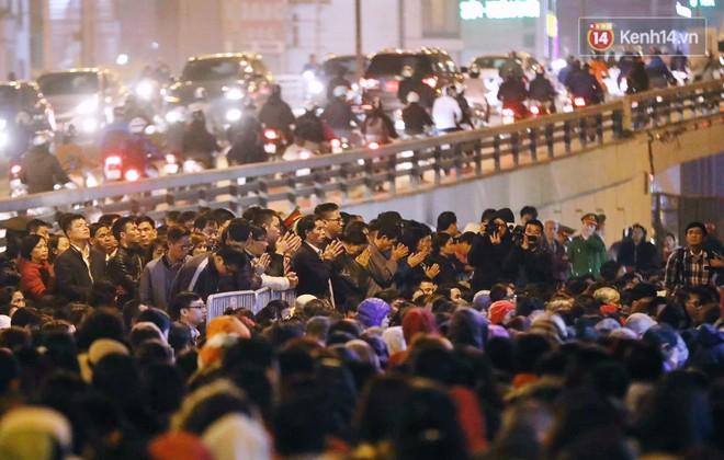 Tối mùng 8 Tết, hàng nghìn người Hà Nội tràn ra đường cúng sao giải hạn ở chùa Phúc Khánh - Ảnh 4.