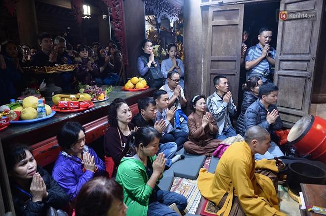 Hàng ngàn người dân đội mưa phùn trong giá rét, hành hương lên đỉnh Yên Tử trong đêm - Ảnh 12.