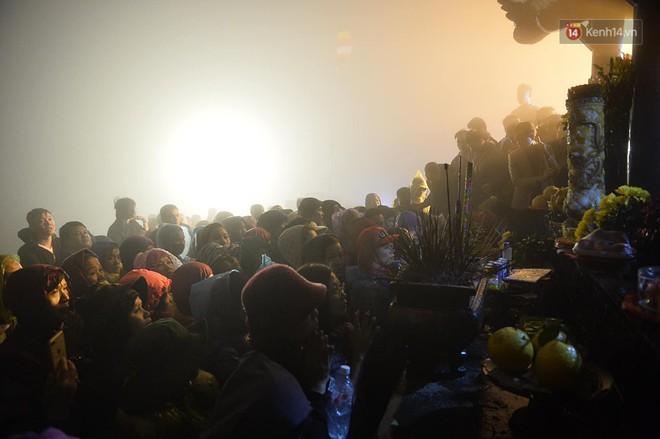 Hàng ngàn người dân đội mưa phùn trong giá rét, hành hương lên đỉnh Yên Tử trong đêm - Ảnh 11.