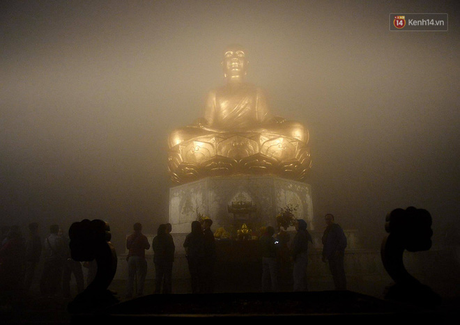 Hàng ngàn người dân đội mưa phùn trong giá rét, hành hương lên đỉnh Yên Tử trong đêm - Ảnh 10.