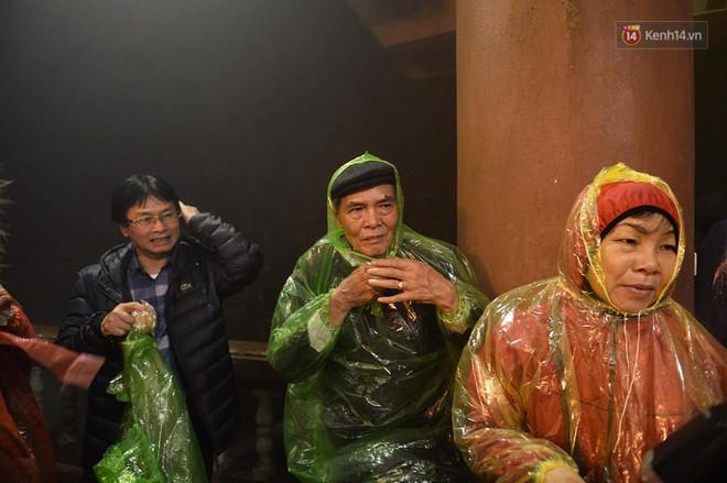 Hàng ngàn người dân đội mưa phùn trong giá rét, hành hương lên đỉnh Yên Tử trong đêm - Ảnh 3.
