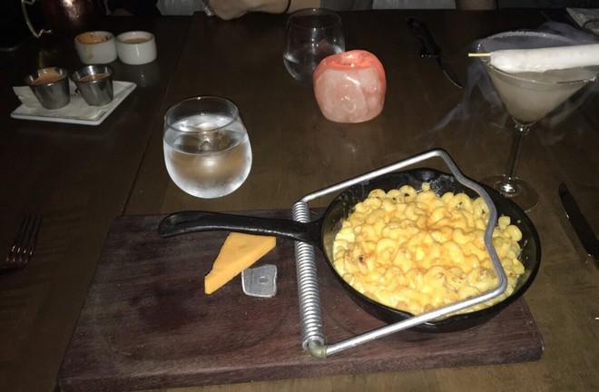 """Dở khóc dở cười với những cách trình bày món ăn siêu """"dị"""" của các nhà hàng nước ngoài, có nơi dùng cả giày để đựng thức ăn - Ảnh 2."""