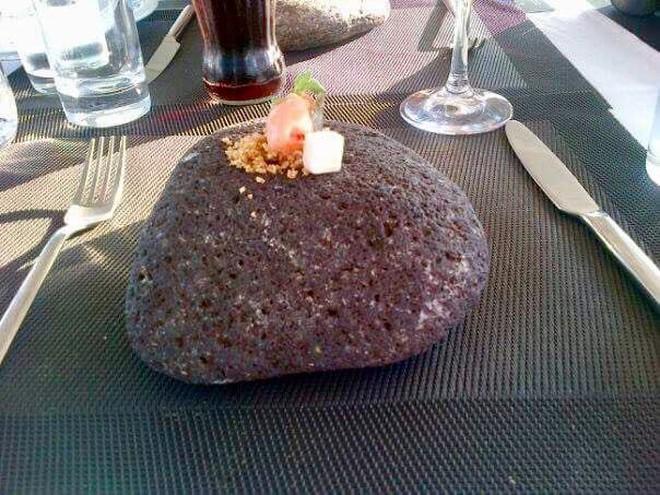 """Dở khóc dở cười với những cách trình bày món ăn siêu """"dị"""" của các nhà hàng nước ngoài, có nơi dùng cả giày để đựng thức ăn - Ảnh 6."""