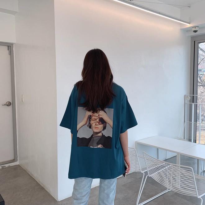 """Có đến 4 cách diện áo phông """"max"""" đẹp và sành điệu mà nàng nào cũng nên áp dụng ngay trong thời tiết giao mùa - Ảnh 1."""