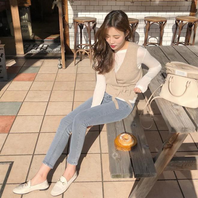 Không cần nghĩ nhiều khi diện quần jeans, các nàng cứ mix cùng 3 mẫu giày này là đẹp tuyệt đối - Ảnh 2.