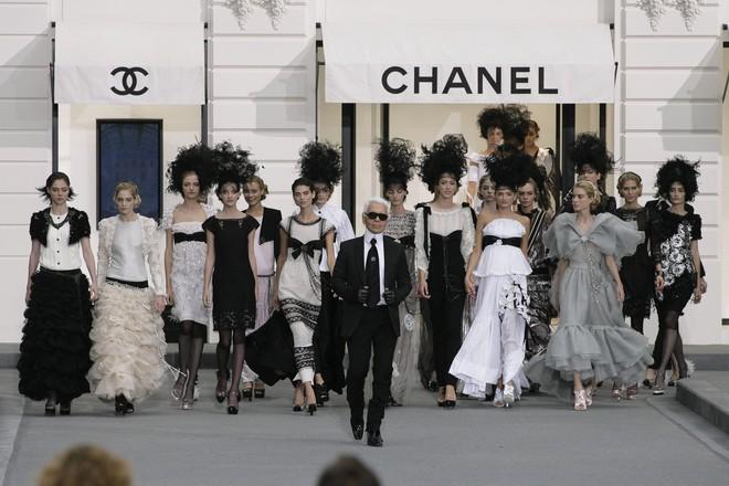 15 show diễn huyền thoại của Chanel dưới thời Karl Lagerfeld khiến giới mộ điệu thổn thức - Ảnh 1.