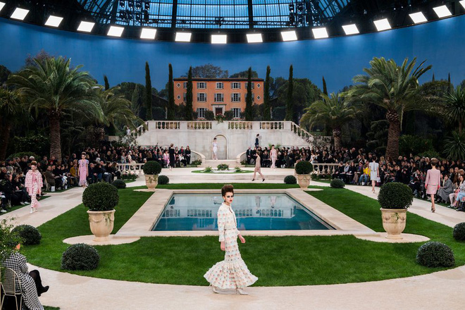 15 show diễn huyền thoại của Chanel dưới thời Karl Lagerfeld khiến giới mộ điệu thổn thức - Ảnh 2.