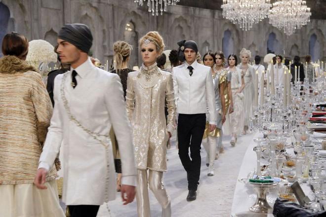 15 show diễn huyền thoại của Chanel dưới thời Karl Lagerfeld khiến giới mộ điệu thổn thức - Ảnh 29.