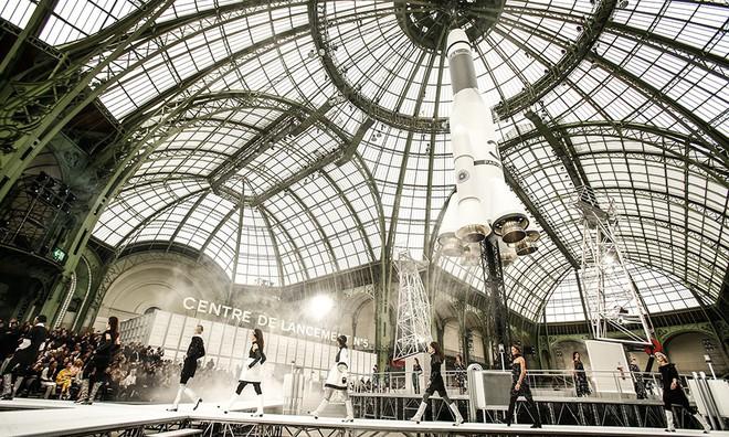 15 show diễn huyền thoại của Chanel dưới thời Karl Lagerfeld khiến giới mộ điệu thổn thức - Ảnh 14.