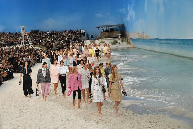 15 show diễn huyền thoại của Chanel dưới thời Karl Lagerfeld khiến giới mộ điệu thổn thức - Ảnh 4.
