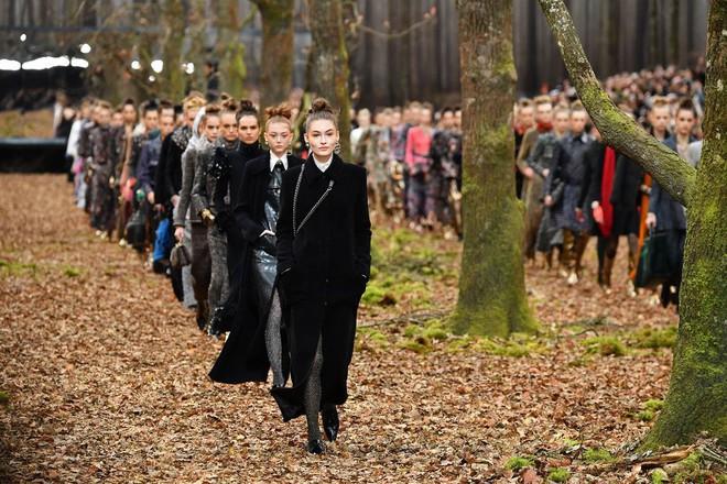15 show diễn huyền thoại của Chanel dưới thời Karl Lagerfeld khiến giới mộ điệu thổn thức - Ảnh 6.