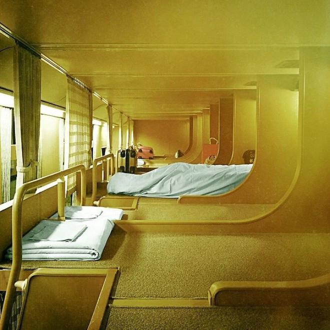 Tàu hỏa xuyên đêm ở Nhật Bản: Bên ngoài cũ kĩ đơn sơ, bên trong nội thất tiện nghi bất ngờ - Ảnh 15.