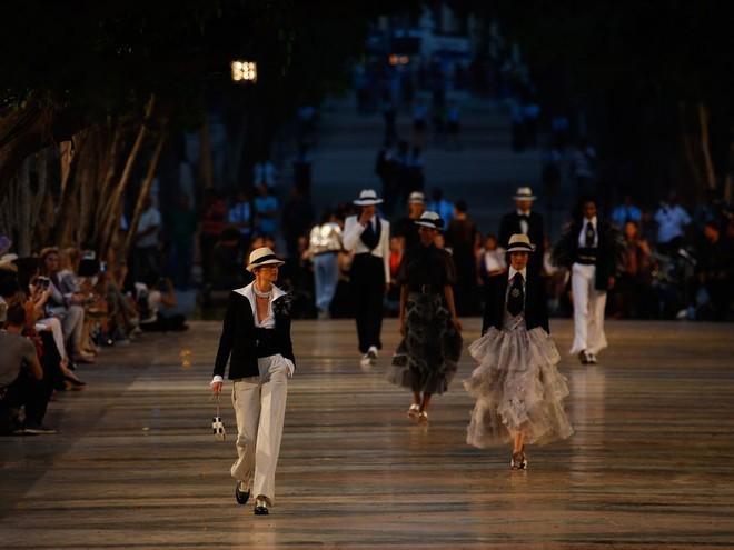 15 show diễn huyền thoại của Chanel dưới thời Karl Lagerfeld khiến giới mộ điệu thổn thức - Ảnh 16.