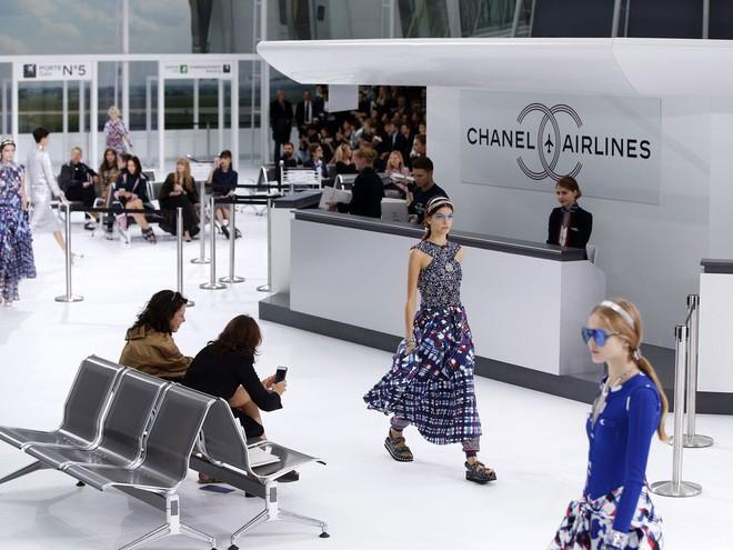 15 show diễn huyền thoại của Chanel dưới thời Karl Lagerfeld khiến giới mộ điệu thổn thức - Ảnh 17.