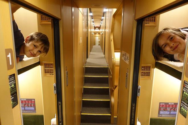 Tàu hỏa xuyên đêm ở Nhật Bản: Bên ngoài cũ kĩ đơn sơ, bên trong nội thất tiện nghi bất ngờ - Ảnh 20.