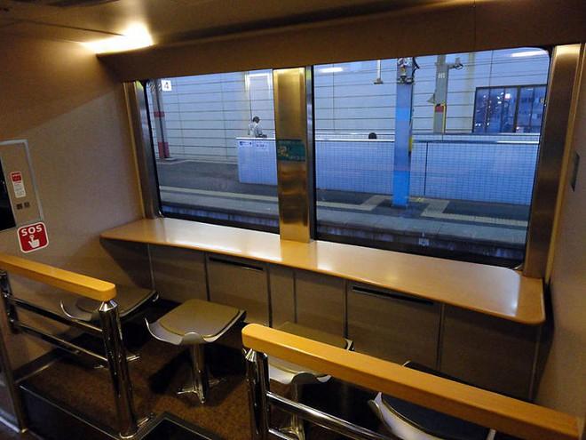 Tàu hỏa xuyên đêm ở Nhật Bản: Bên ngoài cũ kĩ đơn sơ, bên trong nội thất tiện nghi bất ngờ - Ảnh 19.