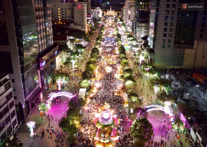 Đường hoa Nguyễn Huệ rực rỡ trong đêm khai mạc, hàng ngàn người chen nhau vào du xuân - Ảnh 1.
