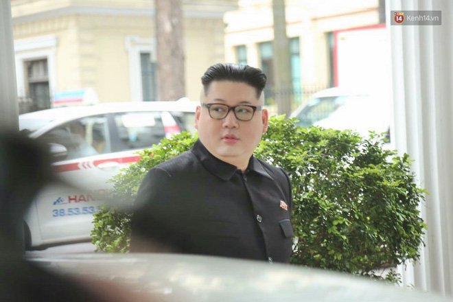 Bản sao của ông Kim Jong-un và Donald Trump bất ngờ xuất hiện tại Hà Nội, bị người dân và phóng viên vây kín - Ảnh 3.
