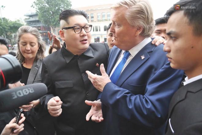 Bản sao của ông Kim Jong-un và Donald Trump bất ngờ xuất hiện tại Hà Nội, bị người dân và phóng viên vây kín - Ảnh 8.