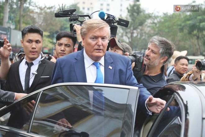 Bản sao của ông Kim Jong-un và Donald Trump bất ngờ xuất hiện tại Hà Nội, bị người dân và phóng viên vây kín - Ảnh 9.