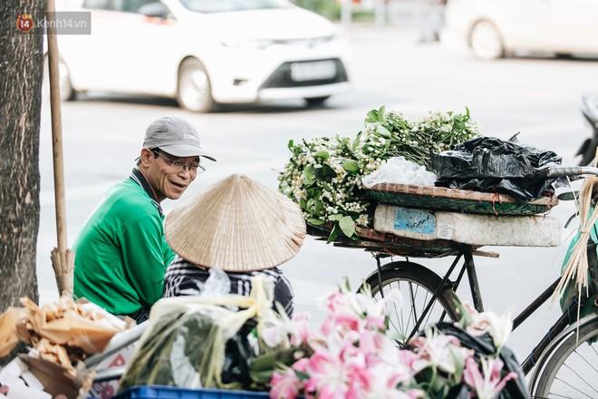 Hoa bưởi tháng 2 theo gió xuống phố Hà Nội, giá lên đến 300.000 đồng/kg vẫn cháy hàng - Ảnh 7.