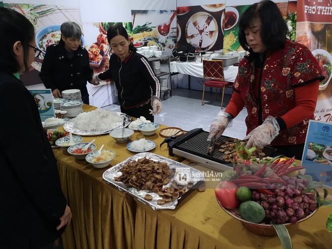 Phóng viên các nước hào hứng khi được thưởng thức ẩm thực nổi tiếng Hà thành tại trung tâm báo chí quốc tế hội nghị thượng đỉnh Mỹ - Triều - Ảnh 6.
