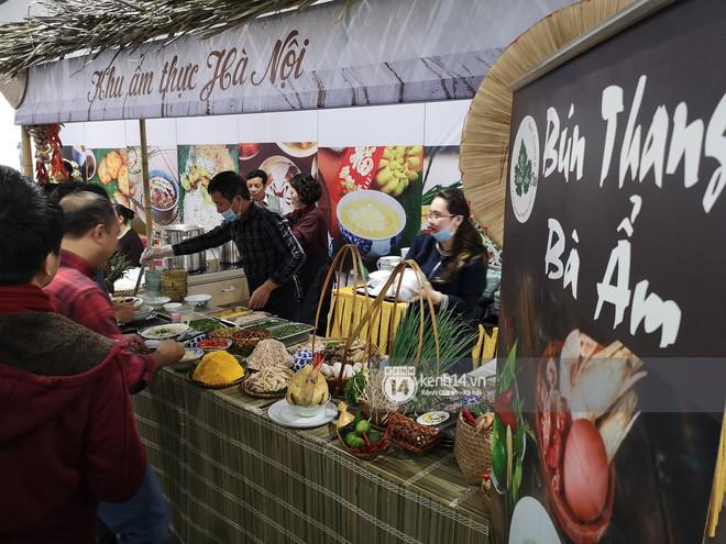 Phóng viên các nước hào hứng khi được thưởng thức ẩm thực nổi tiếng Hà thành tại trung tâm báo chí quốc tế hội nghị thượng đỉnh Mỹ - Triều - Ảnh 3.